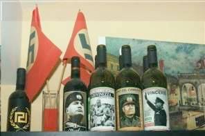 Un piccolo campionario di feticci nazifascisti trovato (insieme alla Luger e ad altri oggettini del genere) nell'appartamento dell'onorevole Christos Pappas, deputato di Alba Dorata
