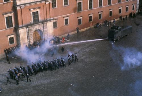 La polizia disperde una manifestazione sindacale a Varsavia, il 3 maggio 1982.