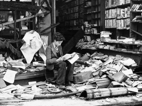 After A Fire Raid, Londra, 1940. Una libreria devastata.