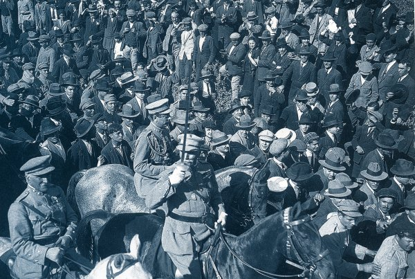 28 maggio 1926. Il generale Gomes da Costa entra a Lisbona alla testa delle sue truppe dopo il golpe contro la Prima Repubblica. Dovrà passare quasi mezzo secolo prima che il Portogallo torni alla democrazia… 