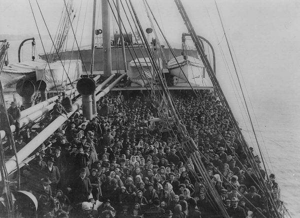 """Immigrants on an Atlantic liner"" (SS Patricia), 1906, foto di Edwin Levick."
