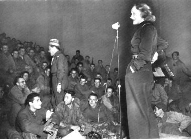 Marlene Dietrich canta per i soldati nel 1944 / Marlene Dietrich singing for the soldiers in 1944 - wikipedia
