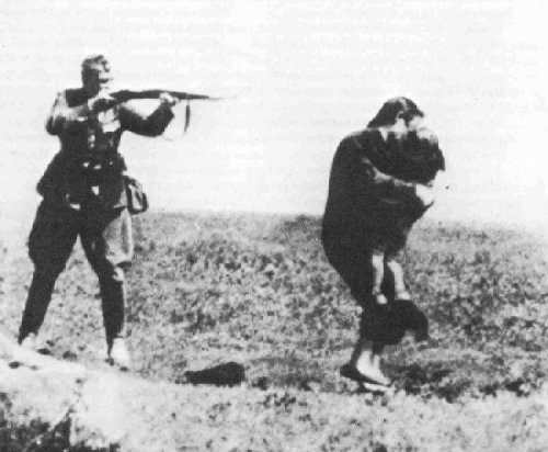 Babi Yar, 29 settembre 1941. Una madre e il suo bambino vengono abbattuti da un soldato tedesco.