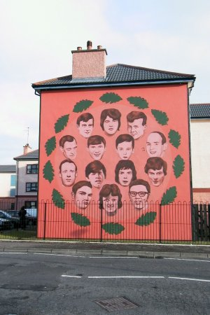 Derry. Murale con i volti delle vittime. Derry. Street mural with the faces of victims.