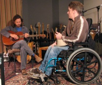 Ed Vedder con Tomas Young