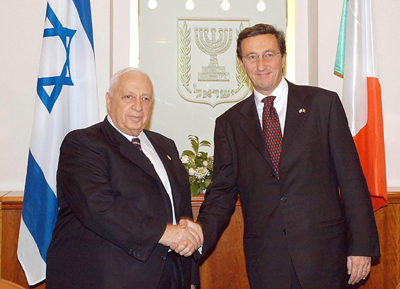 L'on. Gianfranco Fini assieme all'ex primo ministro israeliano Ariel Sharon.