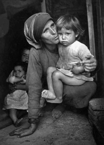 Mother and Child, Spanish Village in Extramadura, foto di Eugene Smith, 1951.