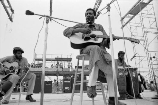 "Richie Havens interpreta ""Freedom"" sul palco di Woodstock, 1969."