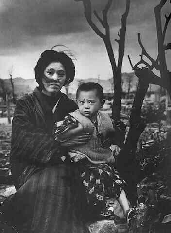 Madre e figlia a Hiroshima, 1945. Mother and child in Hiroshima, 1945.