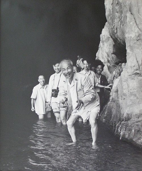 Ho Chi Minh nel fiume Lijang, in Cina, nel 1961.
