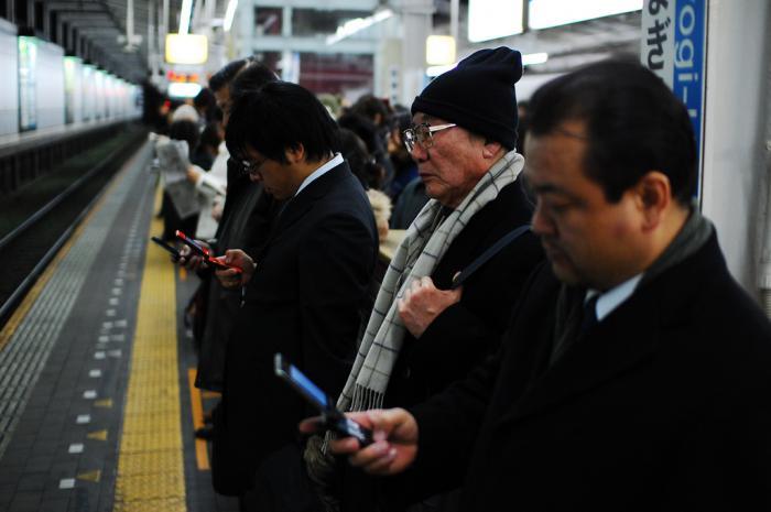 Aspettando il treno a Tokyo - foto di Héctor Garcia - Kirai