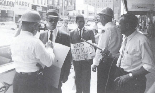 1962. Medgar Evers e Roy Wilkins sono arrestati a Woolworth durante una manifestazione di protesta. 1962. Medgar Evers and Roy Wilkins being arrested at Woolworth picket.