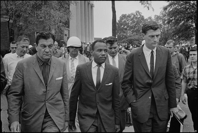 1° ottobre 1962: James Howard Meredith entra all'Università del Mississippi, scortato da John Doar (a destra) e dal capo del United States Marshals Service James McShane (a sinistra)