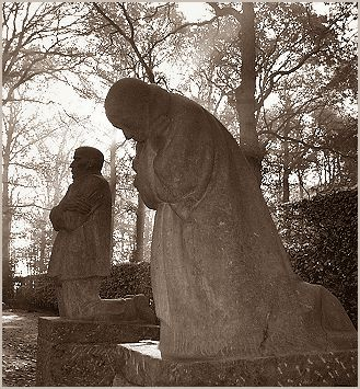 Käthe Kollwitz, Sorgende Eltern (The Mourning Parents). German War Cemetery of Yprès/Vladslo.