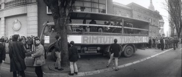Il camion dei Rimtutituki per le strade di Belgrado.