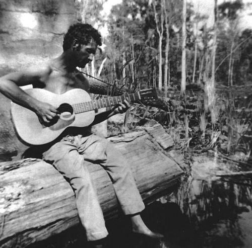 Woody Guthrie sul Beluthahatchee River, foto di Stetson Kennedy‎