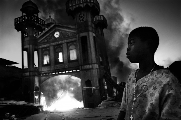 "Riccardo Venturi, World Press Photo 2011, ""Incendio al mercato"", Port-au-Prince, Haiti, 18 gennaio 2010."