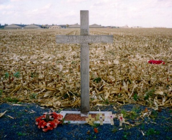 "Croce, posta vicino Ypres nel 1999 da parte dei ""Khaki Chum"", a ricordare il luogo in cui avvenne la tregua di Natale / A cross, left near Ypres in Belgium in 1999, to commemorate the site of the Christmas Truce in 1914."